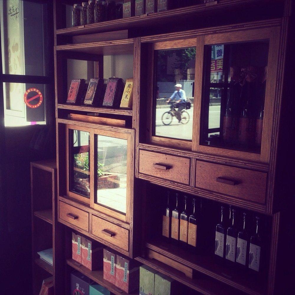 「土生土長」木頭層櫃很有復古風情,產品全都來自台灣農產。圖/顧瑋提供