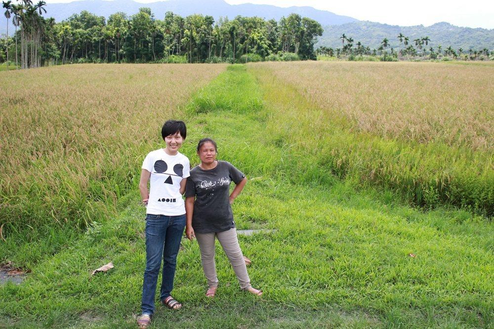 顧瑋(左)勤跑產地,與農友建立好交情。圖/顧瑋提供