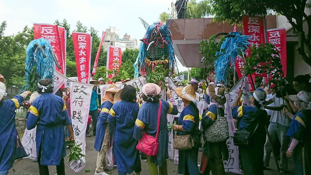 美濃婦女組成傳統藍衫隊,打倒象徵深水井的水怪,迎接水源回到村莊,使家園常保青綠。...
