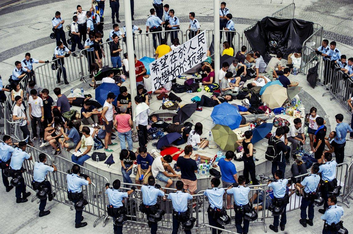 「希望在於人民,改變始於抗爭」,2014年9月27日香港政府總部的公民廣場。 圖...