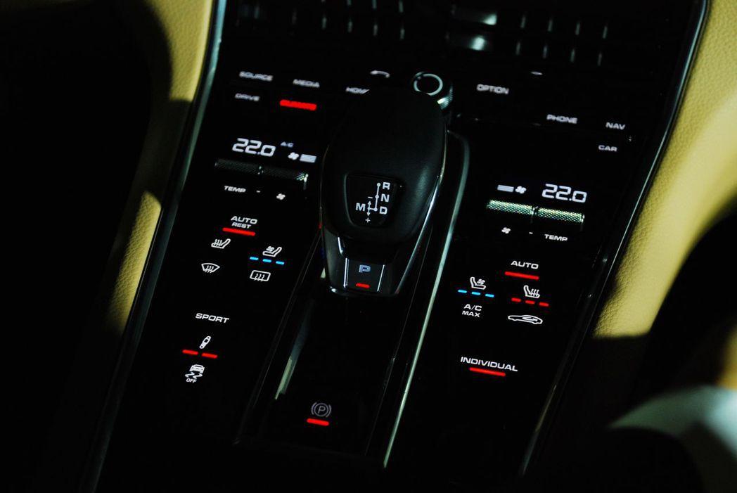 PDK變速系統,旁邊許多實體按鍵都變成虛擬按鈕。記者林昱丞/攝影