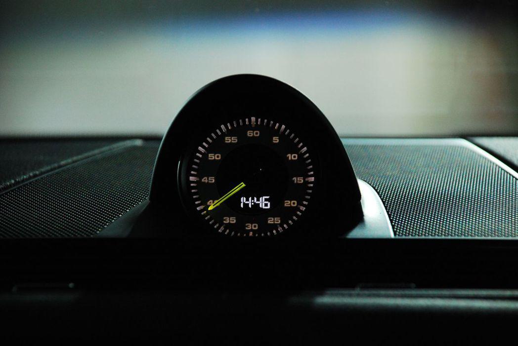螢光綠色指針的跑車計時套件。記者林昱丞/攝影