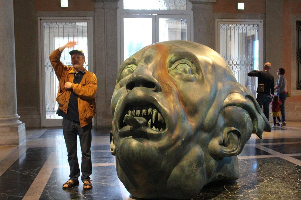 跟人一樣高的海怪雕塑,是觀眾打卡的焦點。 記者陳宛茜/攝影