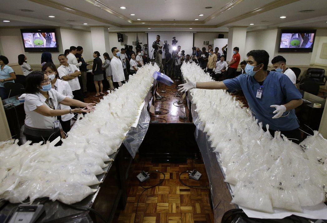 菲律賓調查局5月29日在馬尼拉召開查緝毒品記者會,擺出大批警方查獲的冰毒(甲基苯...