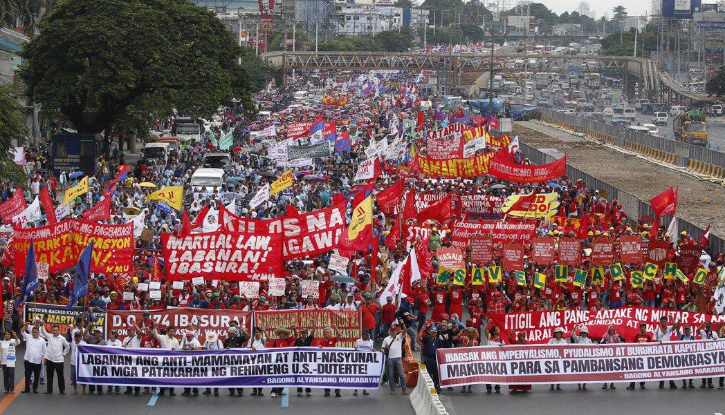 反對杜特蒂的民眾上月24日在馬尼拉示威,但民調顯示杜特蒂的支持度達八成。 (美聯...