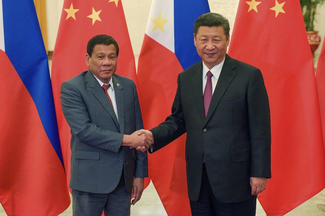 杜特蒂(左)5月到北京參加一帶一路峰會,與大陸國家主席習近平(右)握手。 (美聯...