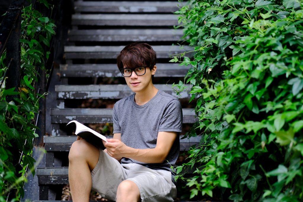 HowHow藉由閱讀英文小說來訓練英語邏輯思考,也從詼諧的書中醞釀靈感。 (攝影...