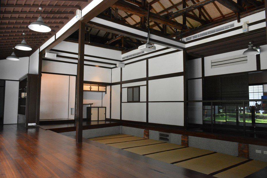內部打通座敷,下挖的開放空間,上方打開天花板展示建築構件。(圖/國立台灣文學館)