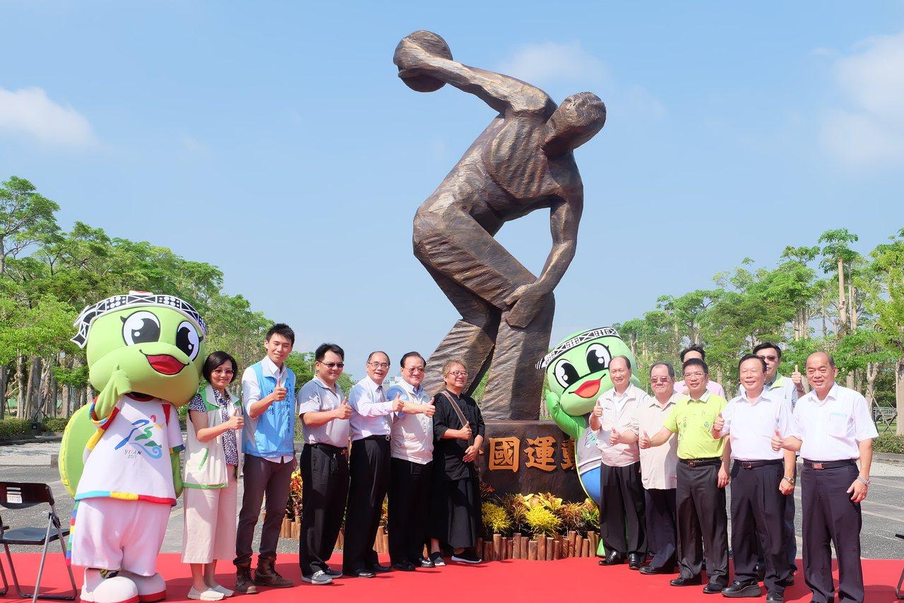高5米的擲鐵餅塑像擺在宜蘭運動公園入口非常吸睛,宛如要將鐵餅擲向藍天。記者張芮瑜...