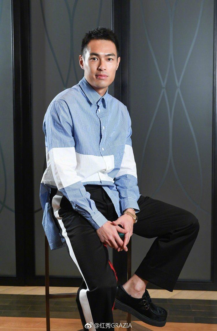 楊祐寧身穿Ports 1961 2017秋冬系列藍白幾何拼接寬版襯衫和白色飾邊黑...