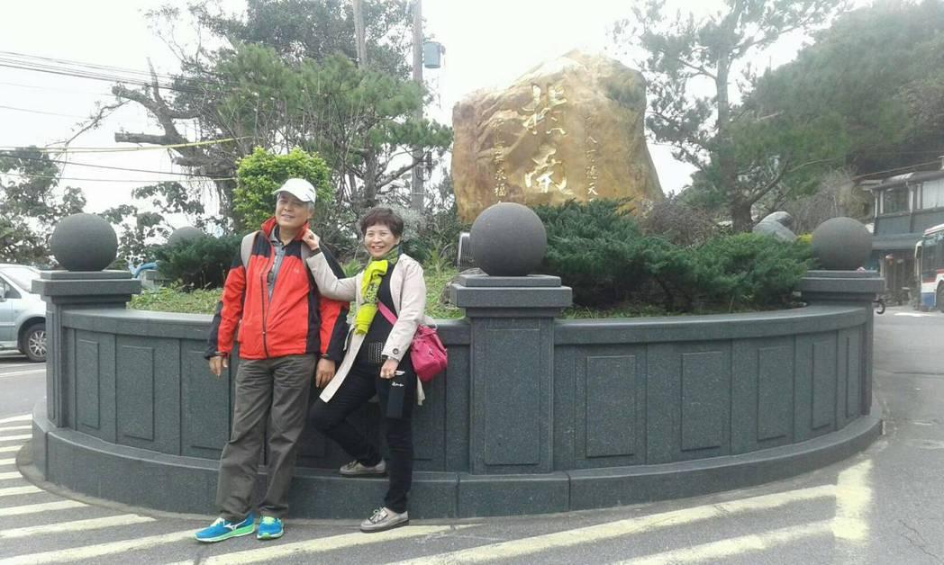 劉姓病患(左)和妻子積極抗癌,又重拾過往遊山玩水日子。圖/劉姓病患提供