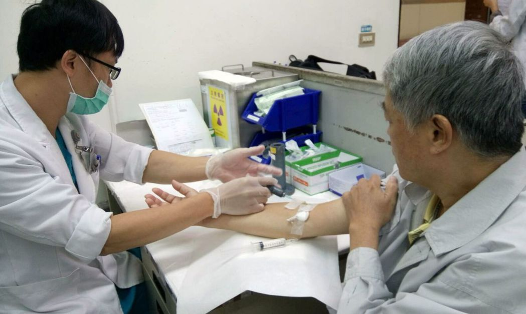 劉姓病患(右)注射核醫治療藥物鐳治骨®。圖/劉姓病患提供