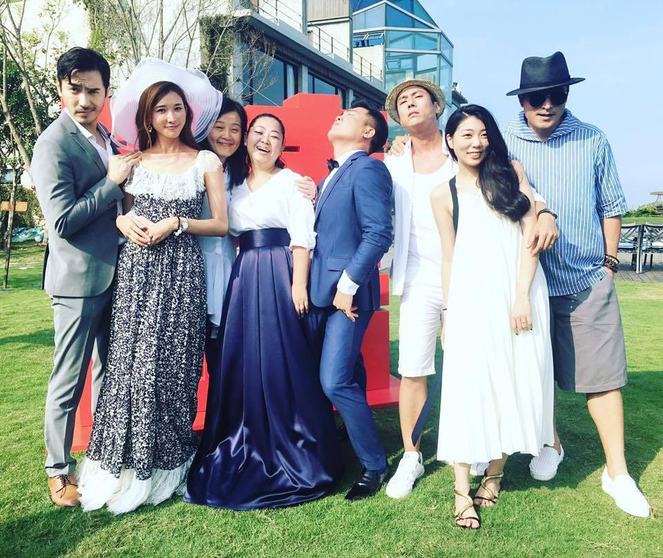 李至正(左起)婚禮上搭肩林志玲,表情作怪。圖/摘自臉書