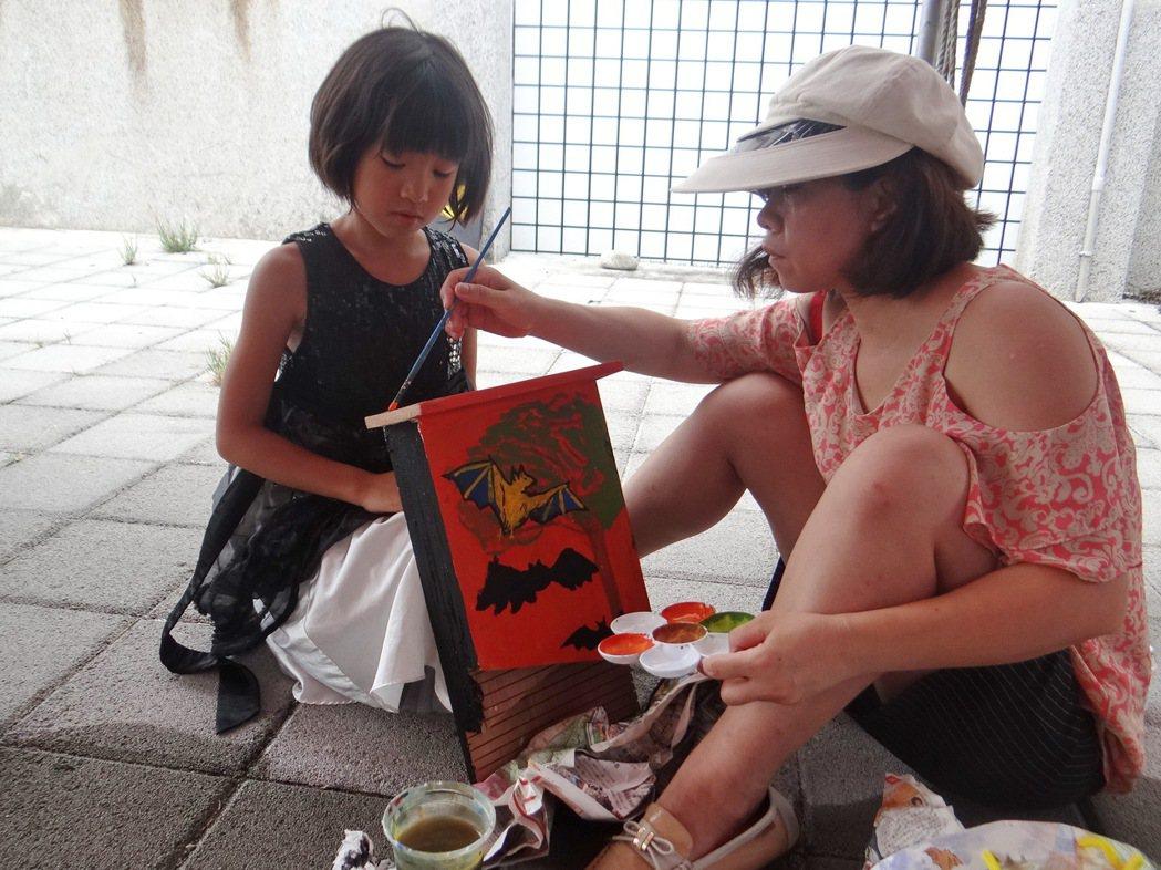 小朋友和大人都喜歡為蝙蝠打造可愛的幸蝠之家。記者蔡維斌/攝影