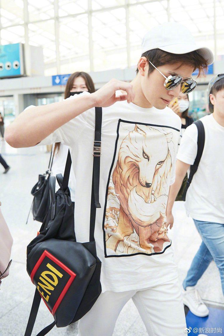陳學冬現身北京機場以3.1Phillip Lim的印花T恤,搭配白長褲和Tods...