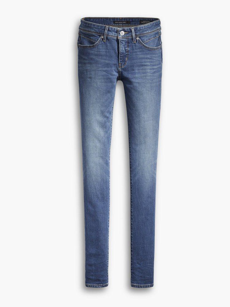 Levis Revel系列天藍色緊身窄管褲,約3,990元。圖/Levis提供