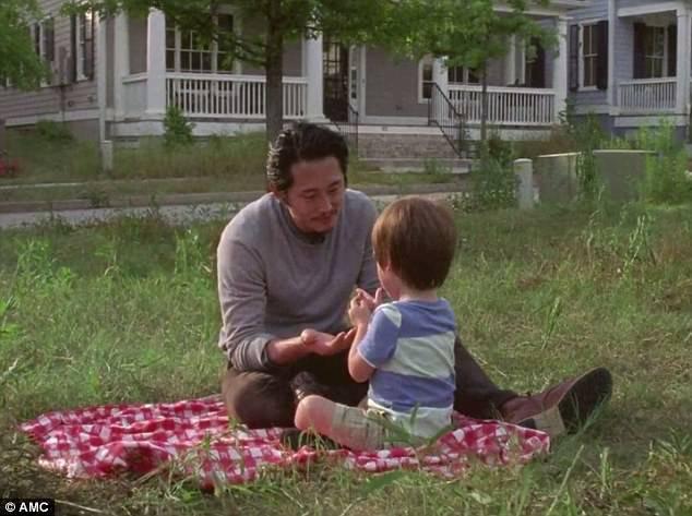 「陰屍路」第7季藍光、DVD中特別收錄首播時被剪去的葛倫和兒子共享天倫幻想片段。...