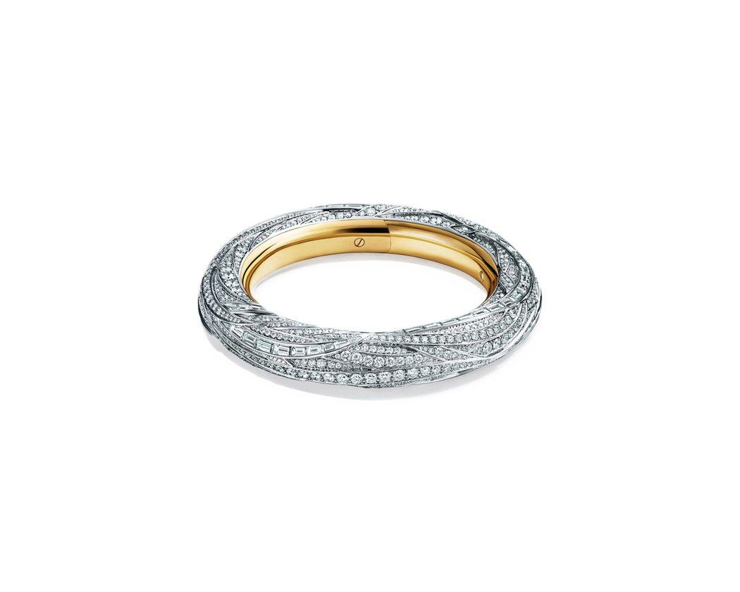 Blue Book系列,內層18K金,外層鉑金鑲嵌鑽石羽毛狀手環,約800萬。圖...
