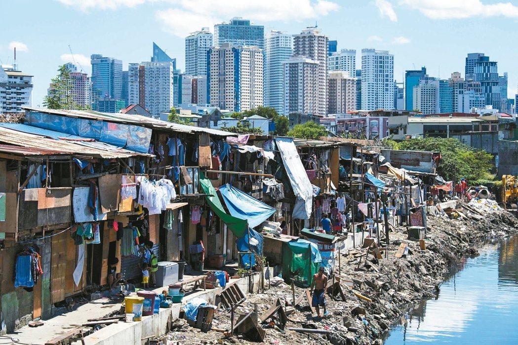 菲律賓政府十七日為總統杜特蒂的施政表現辯護,指菲律賓經濟在四月到六月成長百分之六...