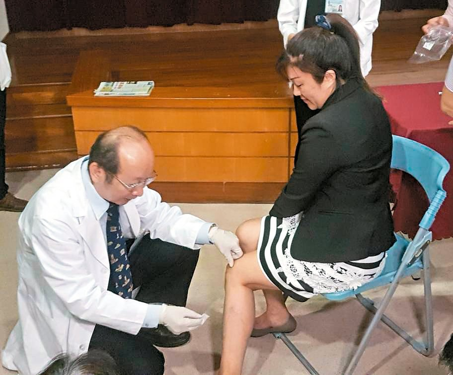 不少女性飽受慢性頭痛之苦,中醫師採用「絡刺」,在與頭痛處對應的血絡少量放血,有患...