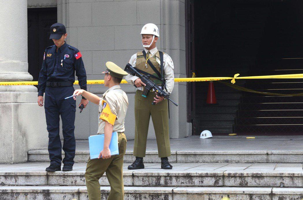 總統府旁、博愛路與長沙街口4號門,一位民眾昨天突持軍刀闖入,攻擊戍衛憲兵,受傷憲...