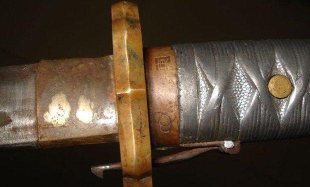 九五式軍刀護手處,刀柄上方銅環紋飾明顯與軍史館的軍刀不同。 圖/取自網路