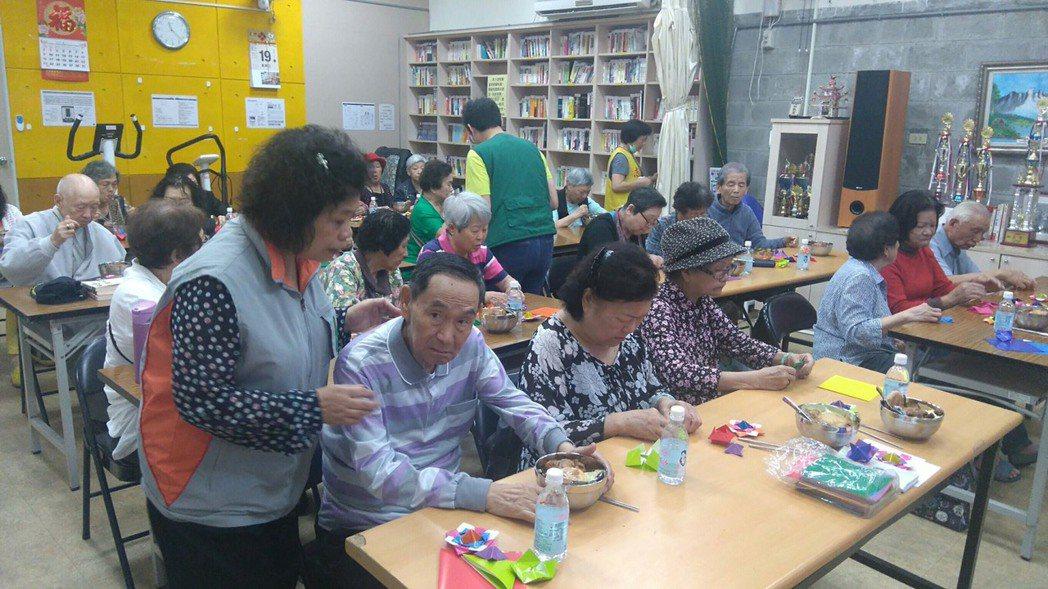 洪若樸(左)設計餐後手作課程,希望長者除了外出共餐,也能藉由團體活動讓心情放鬆。...