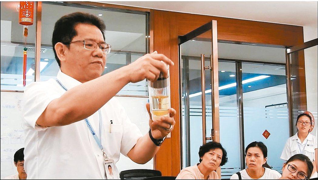 億達家電副董事長吳建能,展示自家研發產品。 特派記者林宸誼/攝影