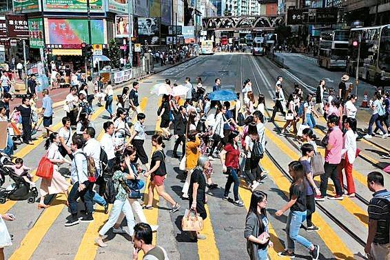 自從香港實施最低工資制度後,洗碗工的薪資獲得保障,加上許多人不願從事這個行業,逼...