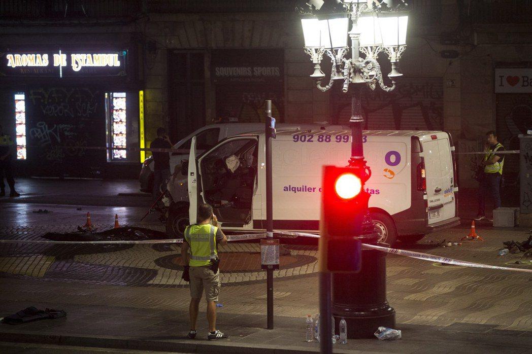 西班牙巴塞隆納17日發生恐怖攻擊,圖為肇事廂型車。 歐新社