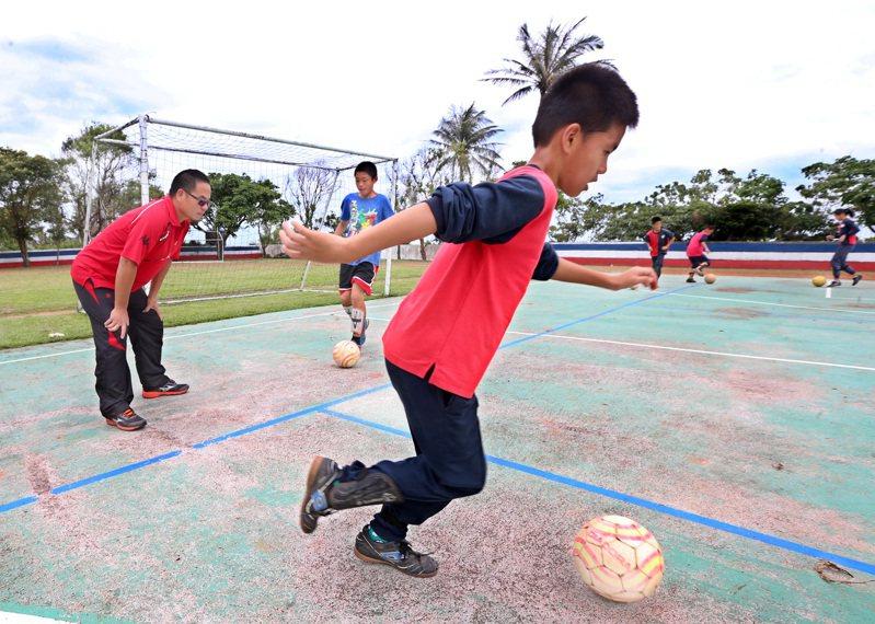 寧埔國小的蕭再發老師(左一)自願留在偏鄉多年,每天利用課餘時間教導小朋友踢足球,還時常自費帶著小朋友去比賽、遠足。本報資料照/記者胡經周攝影