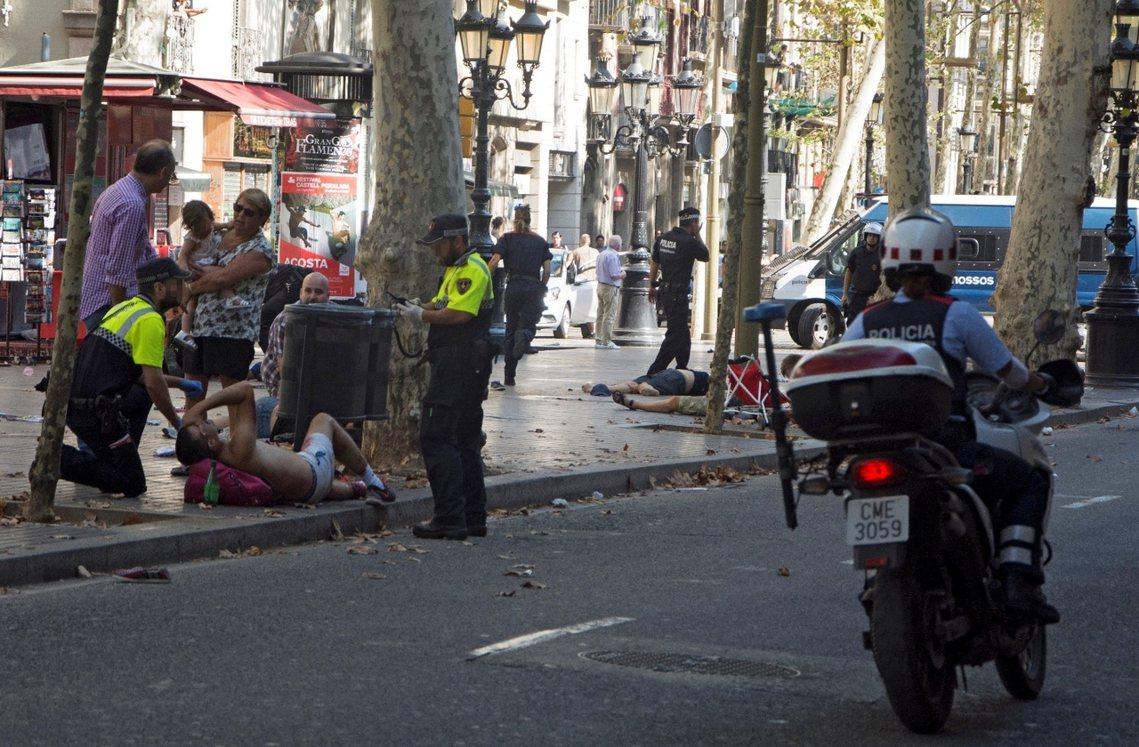 西班牙觀光大城巴塞隆納,周四爆發連環恐攻事件。當地時間17日下午,一輛白色的租賃...