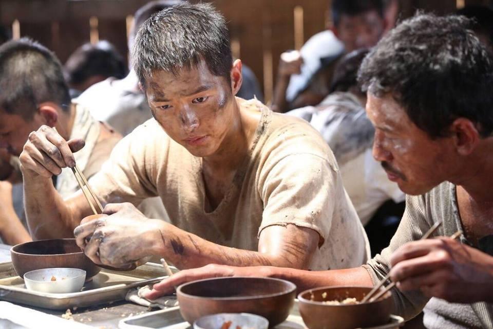 如果能用米煮一碗粥吃,就死而無憾了。因為太餓了。 圖/《軍艦島》電影劇照