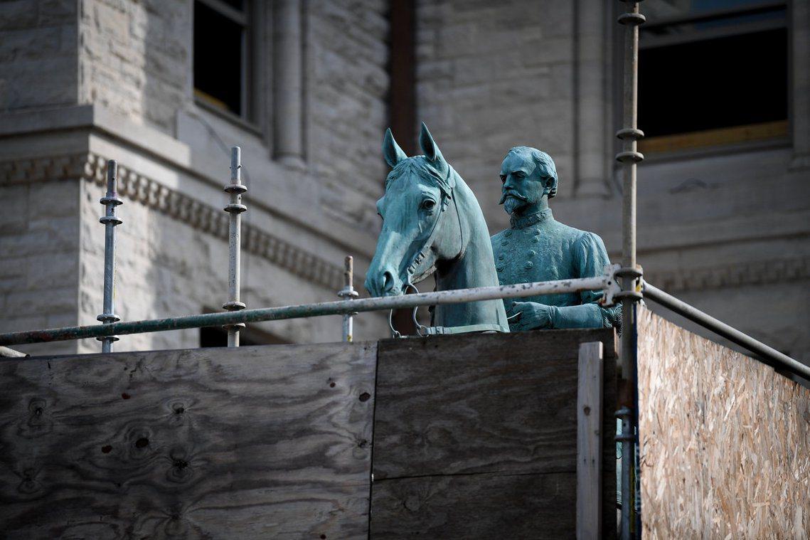 立於萊辛頓城的約翰.摩根銅像,現在四周已架起圍欄保護。 圖/路透社
