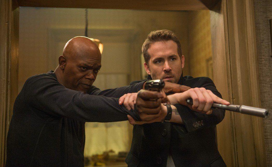 萊恩雷諾斯(右)與山謬傑克森(左)合作新片「殺手保鑣」。圖/Catchplay提...