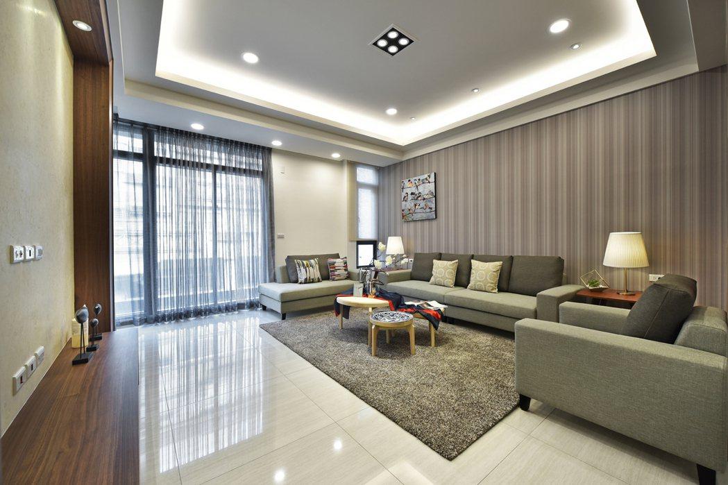 【樹向陽】寬裕的2F客廳放大舒適尺度,成功凝聚一家人情感。 圖片提供/百春陽建設