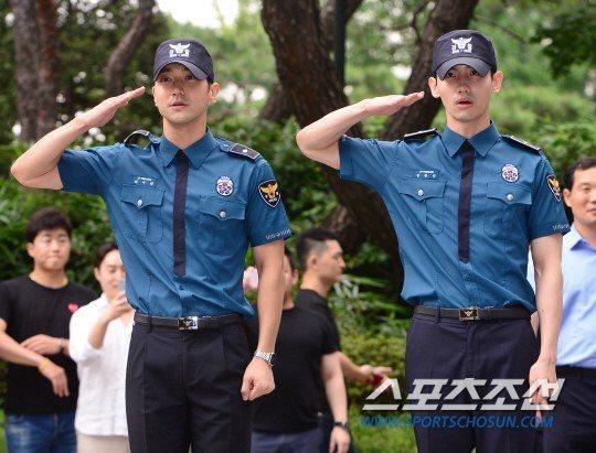 左起始源、昌珉日上午退伍,吸引近千名粉絲迎接。圖/摘自sports朝鮮