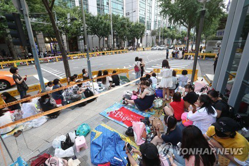 左起始源、昌珉日上午退伍,吸引近千名粉絲迎接。圖/摘自YONHAPNEWS