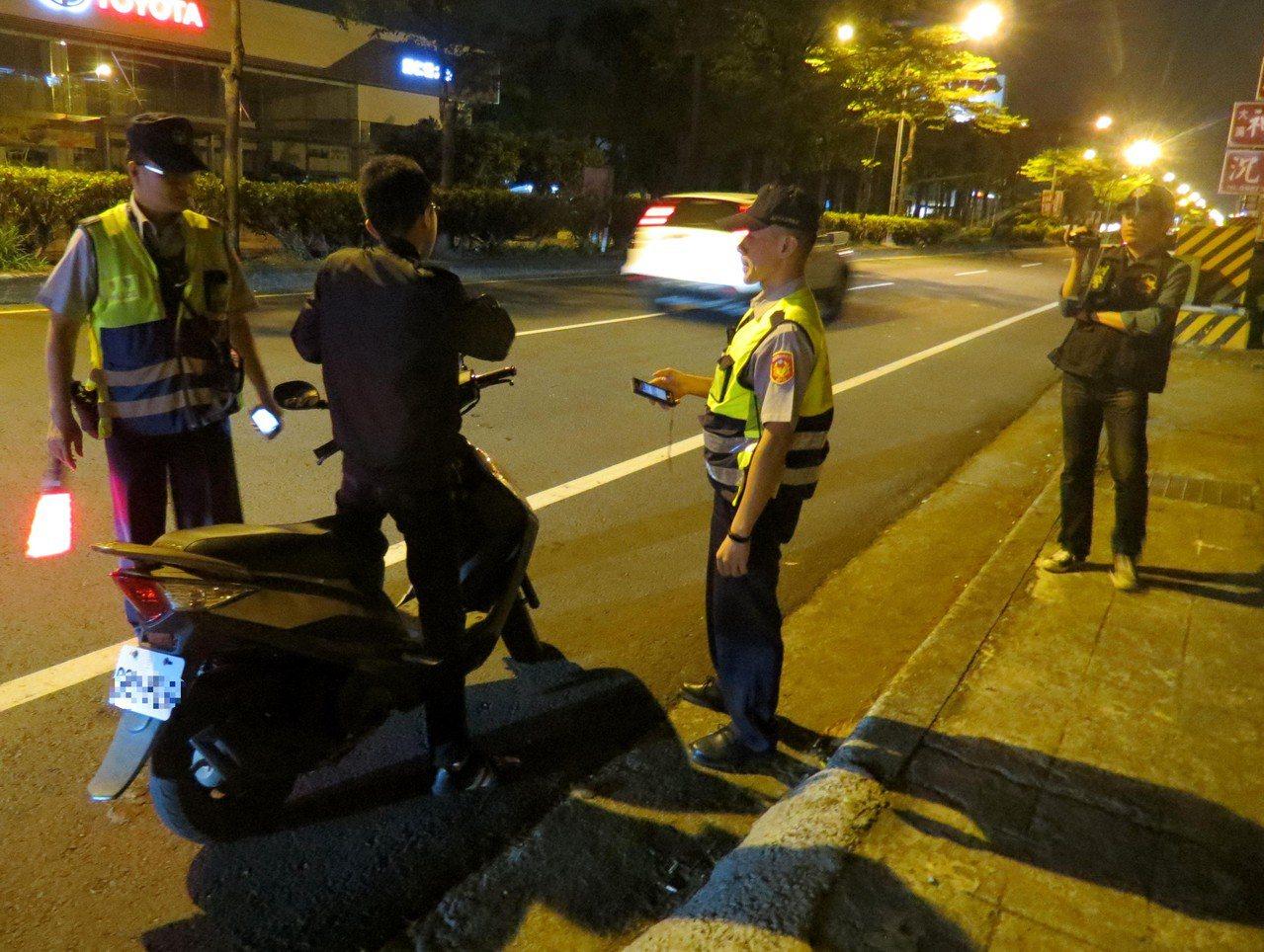 警方取締酒駕,發現很多外勞不知騎酒後電動車違規。記者周宗禎/攝影