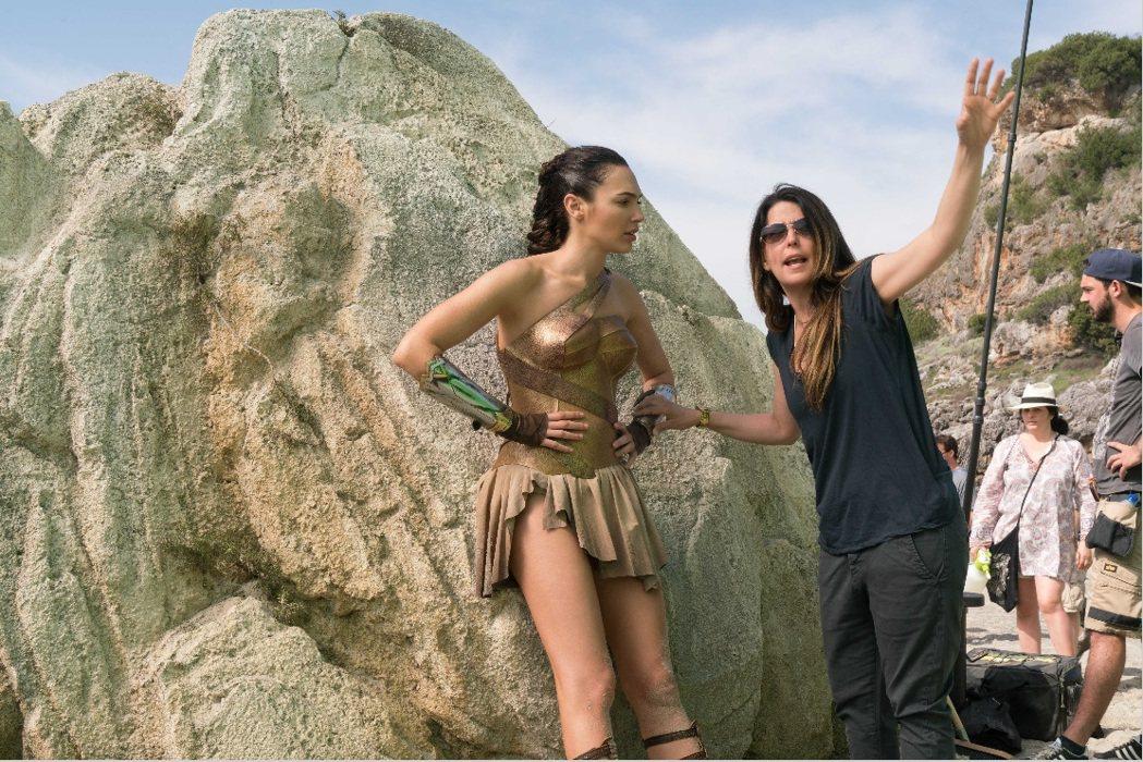 派蒂詹金斯(右)指導蓋兒加朵演出「神力女超人」。圖/華納兄弟提供
