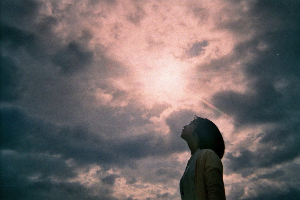 簡宏霖近期愛上攝影,拍攝的第一個作品就是林依晨仰望天空的側臉照。圖/周子娛樂提供