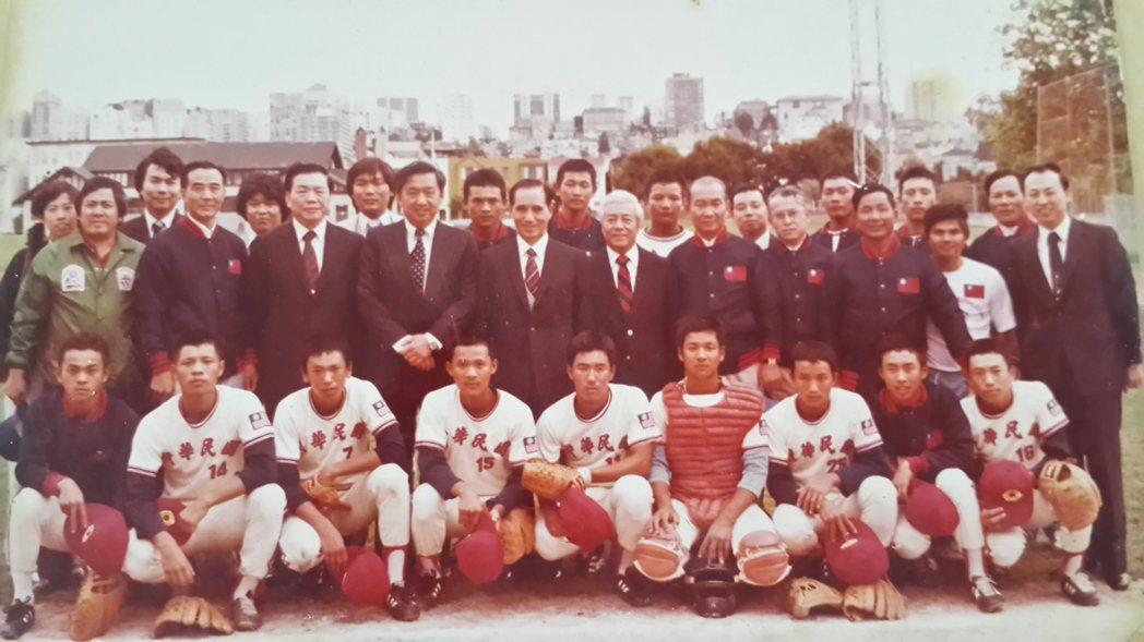 黃文夏曾任榮工青少棒隊隊長(前排左二),與隊員赴美比賽為國爭光。 圖/黃文夏提供
