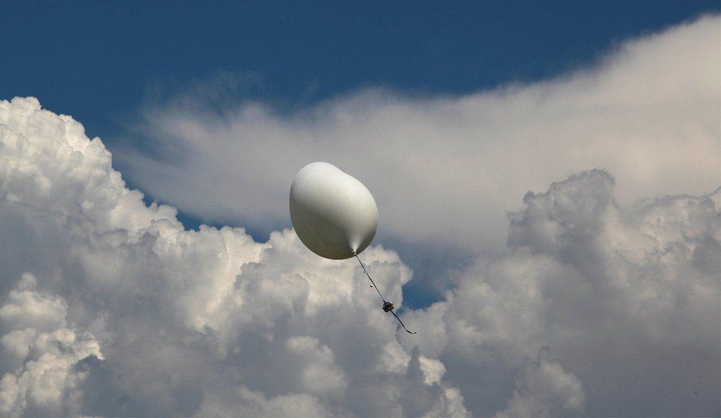 南卡羅來納州的查爾斯頓是最後看到日全食的地方,查爾斯頓學院的師生17日試放觀測氣...