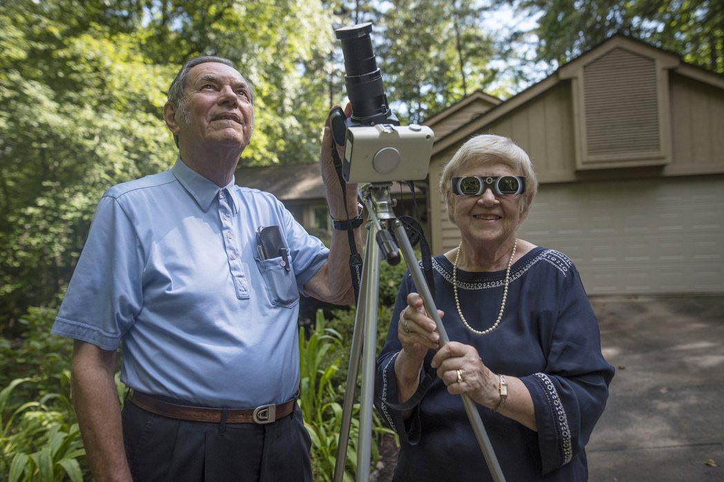 美國克雷門森大學退休教授李本柏格(左)看過26次日全食,他與妻子諾瑪17日攝於南...
