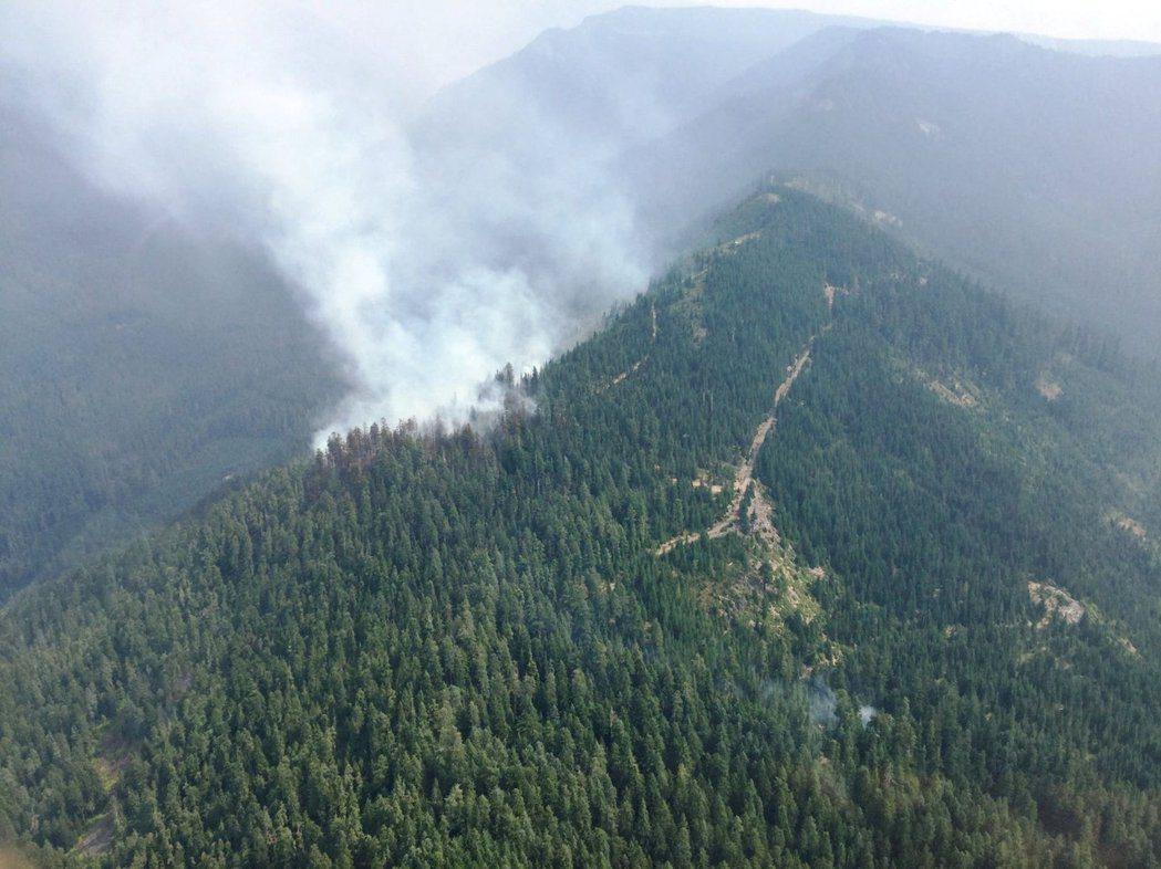 俄勒岡州的魔鬼嶺12日發生森林野火。森林管理員擔心21日大批民眾上山觀賞日全食,...