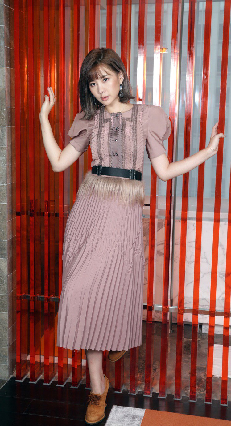 安心亞穿Bottega Veneta粉紫色洋裝、皮革短靴與耳環。記者陳瑞源/攝影