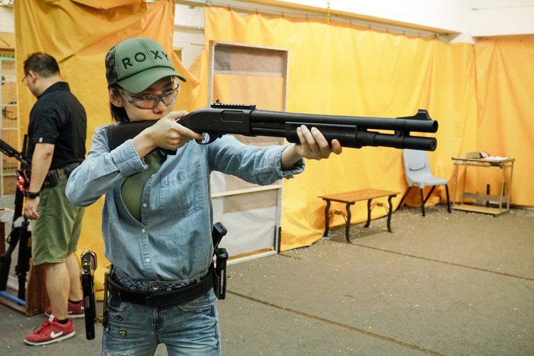 林明禎為戲接受槍擊訓練。圖/種子音樂提供