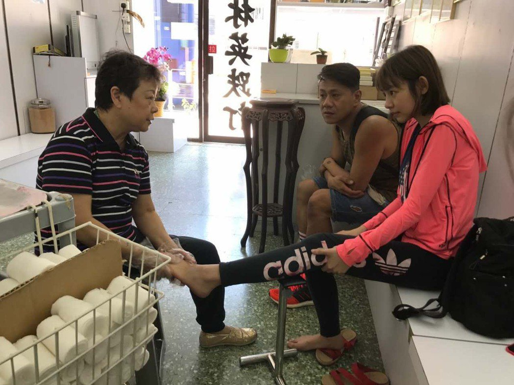 林明禎練習時扭傷腳,立刻到醫院治療。圖/種子音樂提供