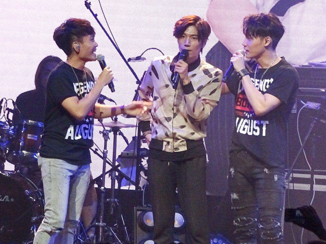 許仁杰(左起)和潘裕文、 周定緯在演唱會上合體。圖/好舒服音樂提供
