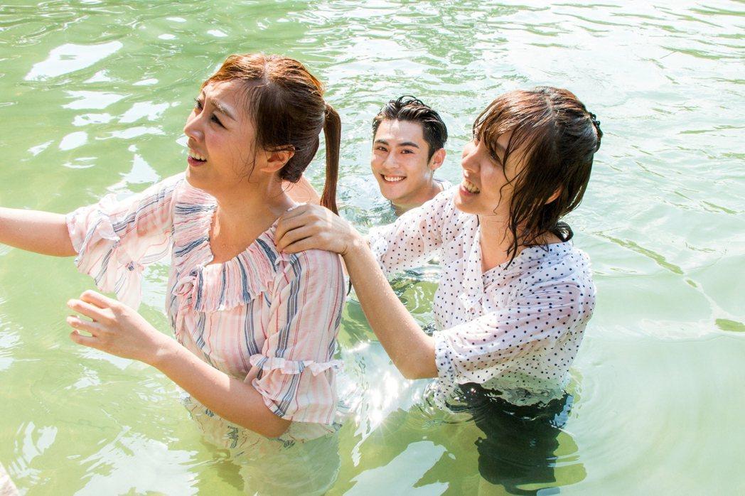 陳奕(中)英雄救美陶嫚曼(左)、魏蔓 圖/三立提供